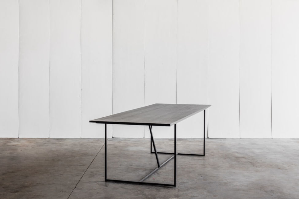 Mesa Nero – a table in solid oak by Heerenhuis